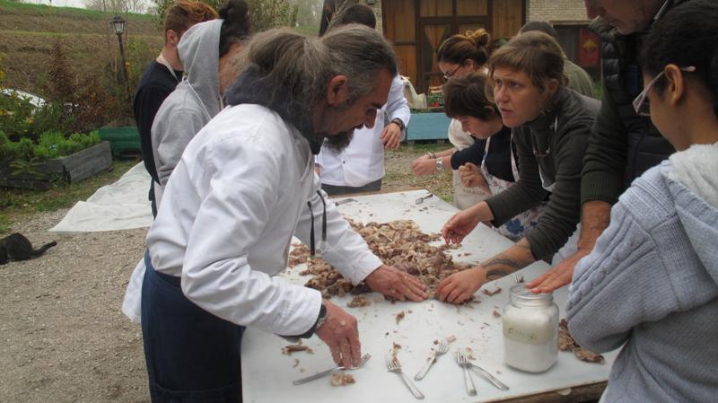 Gli studenti dell'Università di Scienze Gastronomiche e la lavorazione del maiale
